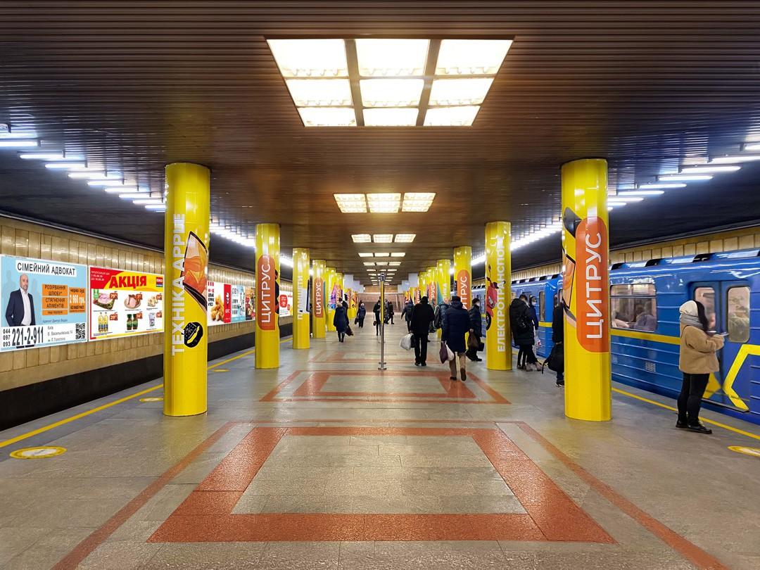 Прежде, чем заказать дорогостоящее брендирование павильонов станций метро, ознакомьтесь с экономной альтернативой: реклама на путевых стенах станций от КОМАНДА-А!